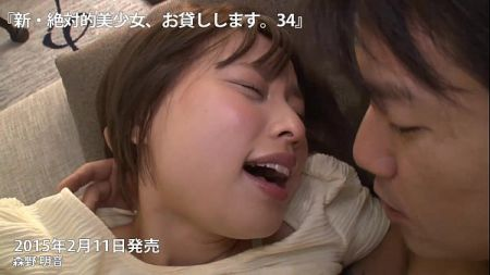 สาวน้อยน่ารัก นั่งคุยกับแฟนหนุ่มในห้องนอน