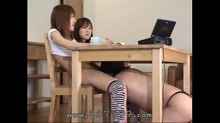 2 สาวพี่น้อง ขื่นใจชายหนุ่มให้เย็ดหีตัวเอง