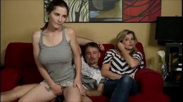นั่งเย็ดกับแฟนอยู่บนโซฟามัน ๆ กำลังจะแตกเลย แม่แฟนไม่รู้ว่าเย็ดกันอยู่มานั่งโซฟาขอดูทีวีด้วย ควยหดเลยครับ