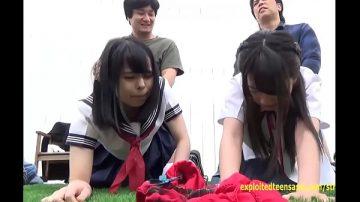 หนังโป๊นักเรียน เด็กนักเรียน 2 คนโดนเอาคาชุดนักเรียน โรงเรียนไม่ยอมไปนัดแฟนออกมาสวิงกิ้งกันสนุกสนานบนสนามหญ้าหลังบ้าน