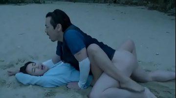 คลื่นทะเลใจใส่เดี่ยวกันกลางหาด หนุ่มสาวติดเกาะไม่รู้จะทำไร